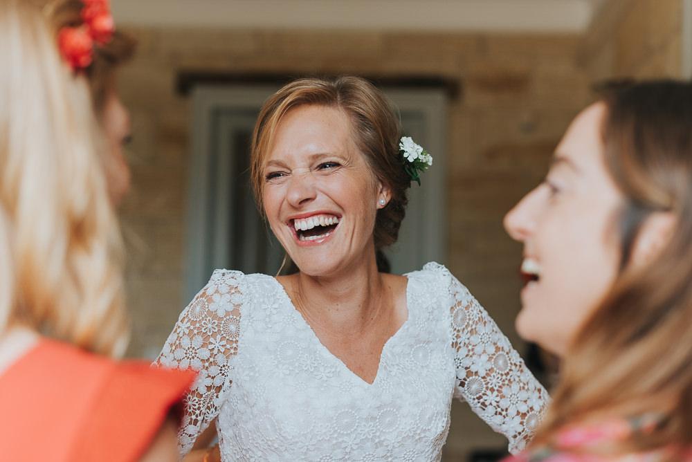 Mariée heureuse qui rigole